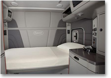 Confort et ergonomie sont la base de ce compartiment couchette du camion Peterbilt 579 qui a un lit de 82 pouces